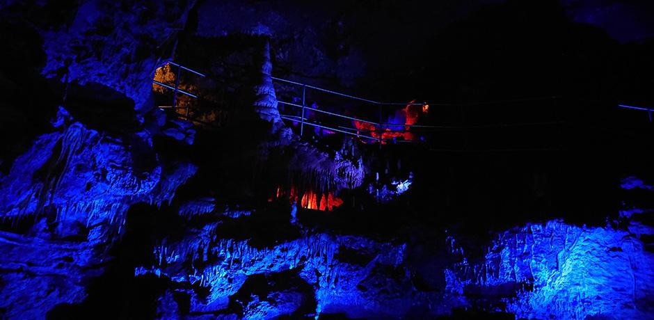 LED-Strahler beleuchten die Teufelshöhle Pottenstein