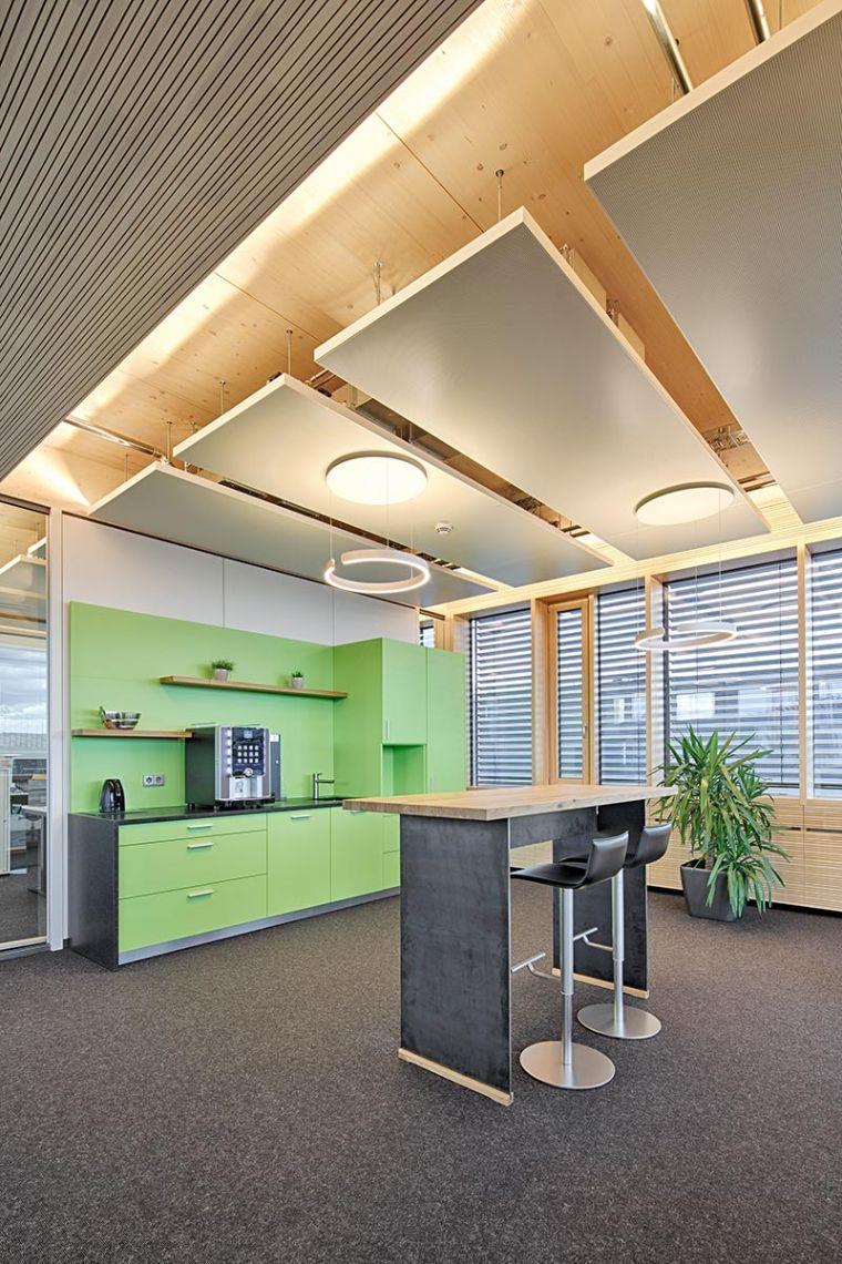 Konsequent: die Pendelleuchten wurden nicht nur in den Konferenzräumen und im Treppenhaus sondern auch in den Teeküchen eingesetzt. Die Indirektbeleuchtung hinter den Akustiksegeln zieht sich ebenfalls durch die gesamte Etage und verbindet das teilweise offene Raumgefüge zu einem Gesamtensemble. Foto: Planlight GmbH