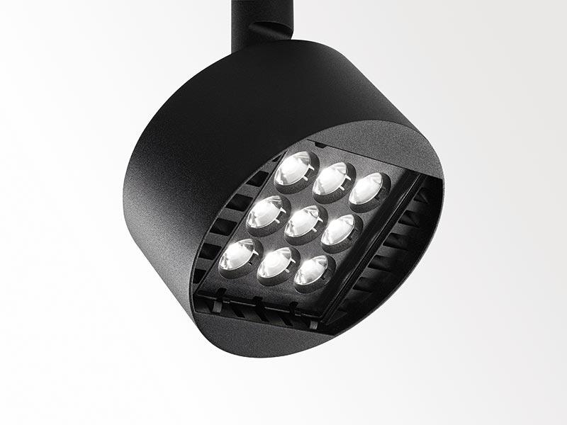 Der neue Fragma 3-Phasen Stromschienenstrahler von Delta Light ist der ideale Anpassungskünstler im Retail. Mit drei Optiken, Tools für Spezialeffekte und vielfältigen Dimmungsmöglichkeiten antwortet er auf alle wesentlichen Anforderungen. Bild: Delta Light