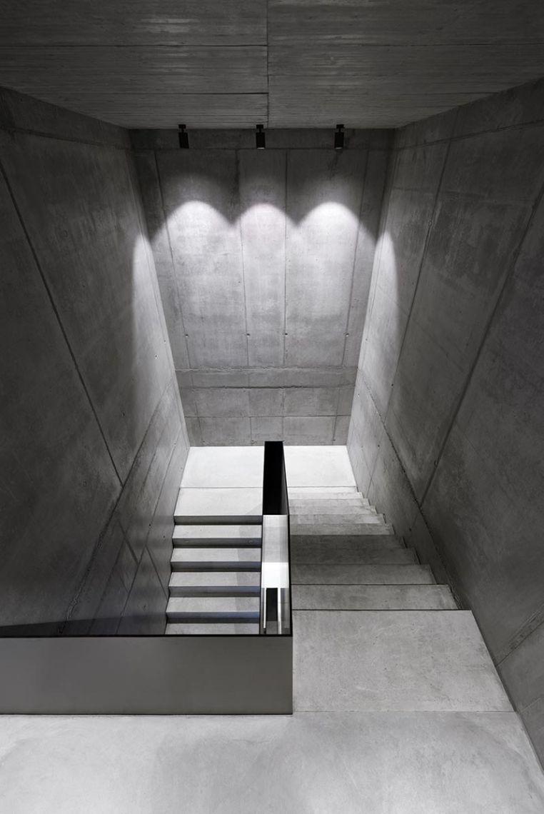Die Podeste am Treppenaufgang und die Galerien des Treppenhauses erhalten ihre Grundbeleuchtung aus Boxy-Strahlern. Bild: FOTOGRAFIE FREI, Ostfildern