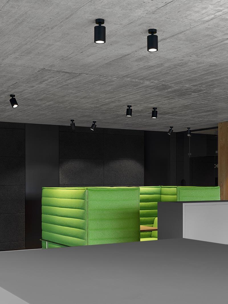 Der beleuchtete Betonboden reflektiert das Licht homogen in den Raum. Teilweise sind die Boxy-Strahler aber auch auf Objekte wie diesen Alkoven ausgerichtet. So haben die Mitarbeiter bei informellen Besprechungen in dem raumakustisch wirksamen Sitzmöbel ausreichendes Direktlicht. Bild: FOTOGRAFIE FREI, Ostfildern