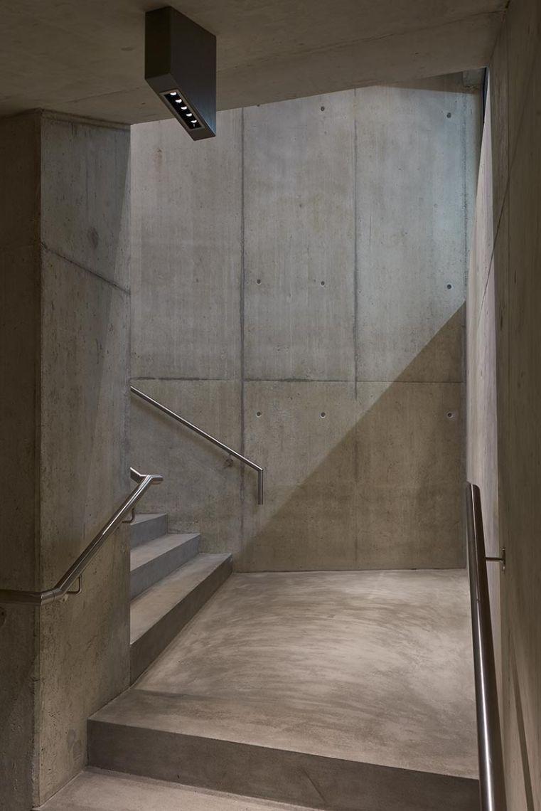 Mit Architekturlicht von iGuzzini in der Farbtemperatur 4.000 K (Palco-Strahler und Laser Blade) betont vogtpartner lichtplanende ingenieure die Kühle des Betons. Foto: Paolo Carlini für iGuzzini