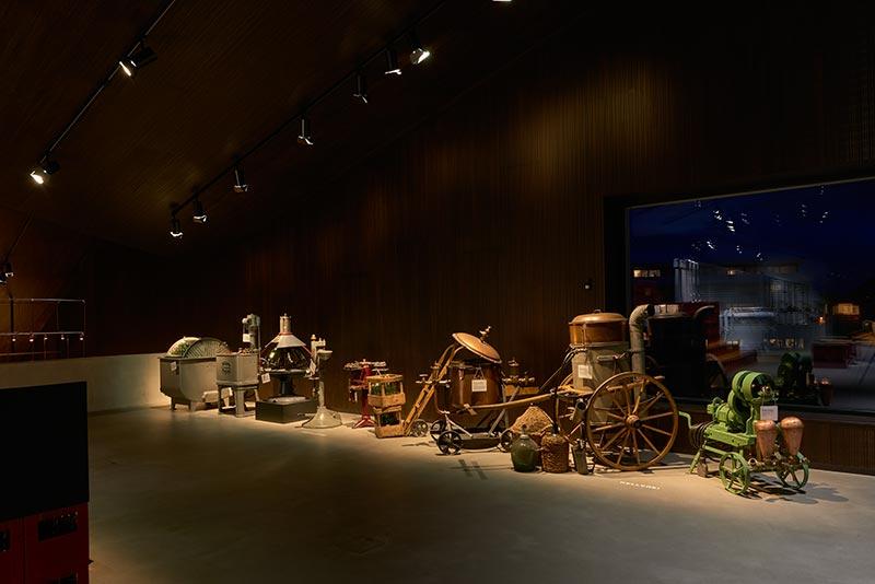 Im Ausstellungsraum wird deutlich, wie das szenografische Licht den Raum hierarchisiert und damit den Blick des Betrachters leitet. Mit einer Farbtemperatur von 2.700 K arbeiten die für das Ausstellungslicht eingesetzten Palco-Strahler die Exponate plastisch aus der Dunkelheit heraus und bringen Materialien und Oberflächenbeschaffenheiten an den Tag. Foto: Paolo Carlini für iGuzzini