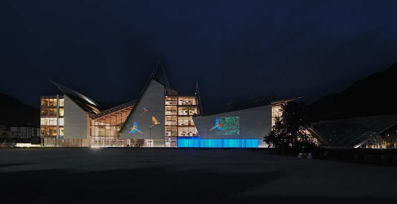 An der Fassade des MUSE Wissenschaftsmuseums in Trient, Italien, werden kleine Lebewesen ganz groß. Sie bieten einen Impuls, über unsere Wahrnehmung nachzudenken. Palco InOut Framer projiziert die auf dem Gobo aus dichroitischen Glas eingravierten bunten Bilder präzise auf jede ebene Oberfläche. Foto: iGuzzini