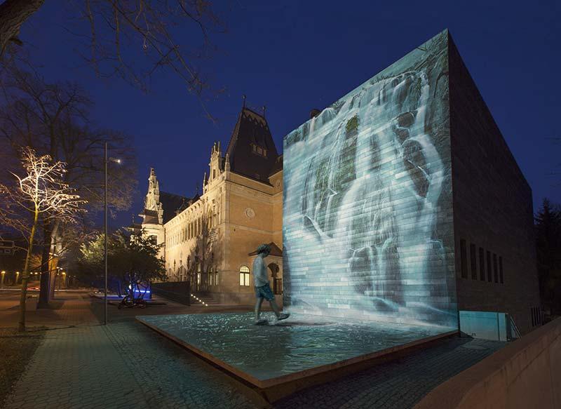 Mit einem Gobo aus dichroitischem Glas, der Wasser abbildet, verwandelt Palco InOut Framer die Fassade der Regionalen Gallerie in Liberec, Tschechien, in einen zauberhaften Wasserfall. Statische und dynamische Inszenierungen sind möglich. Foto: iGuzzini