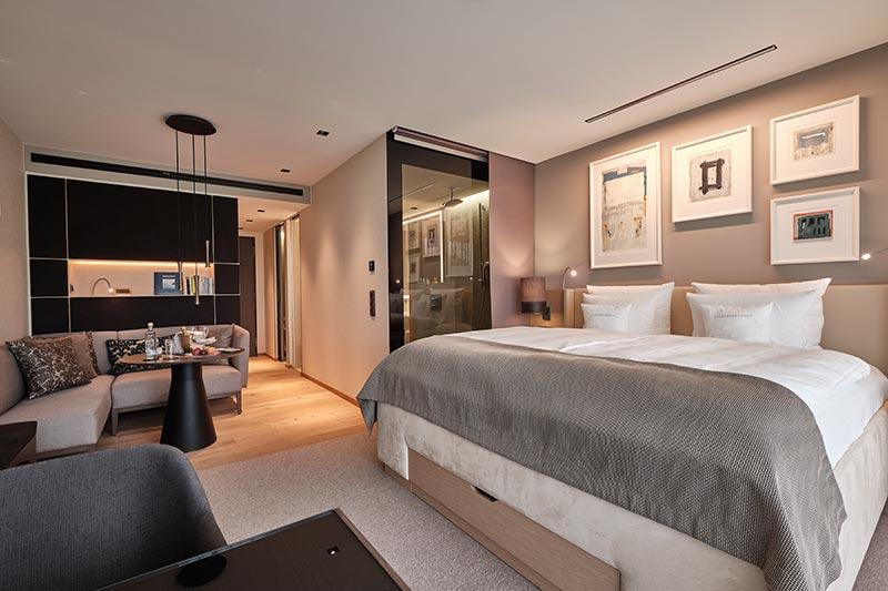 In einem Erweiterungstrakt sind 53 neue, elegant gestaltete Zimmer entstanden. Der Eingangsbereich wird von quadratischen Laser-Downlights mit Super-Comfort-Optik beleuchtet. Dabei handelt es sich um einen erstmalige Sonderanfertigung für das Resort Der Öschberghof. Foto: Der Öschberghof