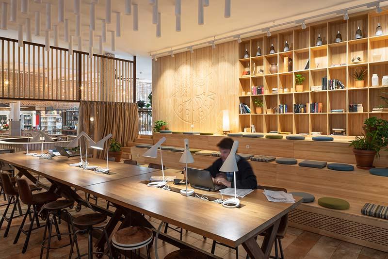 Insgesamt rund 1000 m2 Fläche sind in differenzierte Zonen untergliedert: Zur Selbstbedienungstheke und der offenen Halle des Restaurants kommt ein abtrennbarer Nebenraum mit Meerblick sowie eine Coworking-Area, die auch für Events gemietet werden kann. Foto: BÄRO/Constantin Meyer