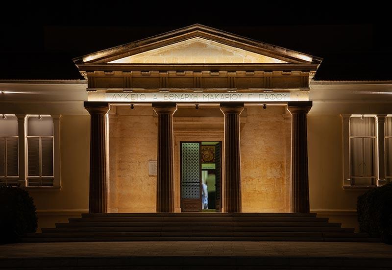 In der dunkel gehaltenen Umgebung lenkt LDPi, ein international tätiges Planungsbüro für Architekturbeleuchtung, den Blick auf das Wesentliche. Foto: Maria Efthymiou - Creative Photo Room