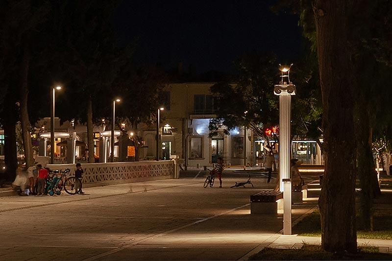 Eine drei Meter hohe Mastversion der von Renzo Piano entworfenen Leuchte Lander wurde speziell für Paphos gebaut. Foto: Maria Efthymiou - Creative Photo Room