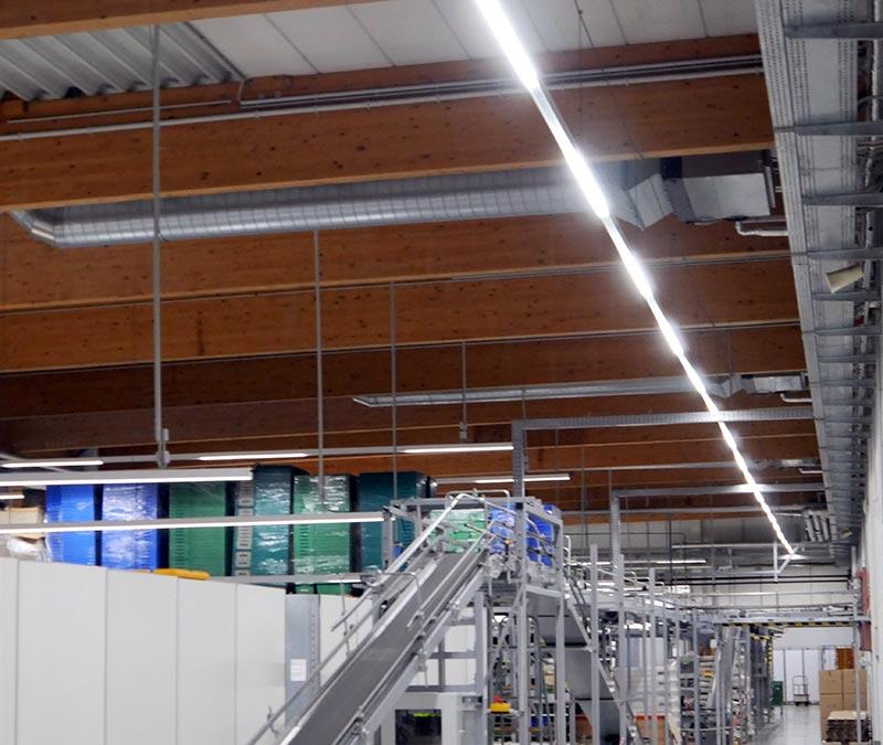 Im laufenden Betrieb konnten die rund 1.300 Meter LED-Lichtband installiert werden. So war die Lieferfähigkeit der gelagerten Medikamente jederzeit gesichert. Foto: Emslicht