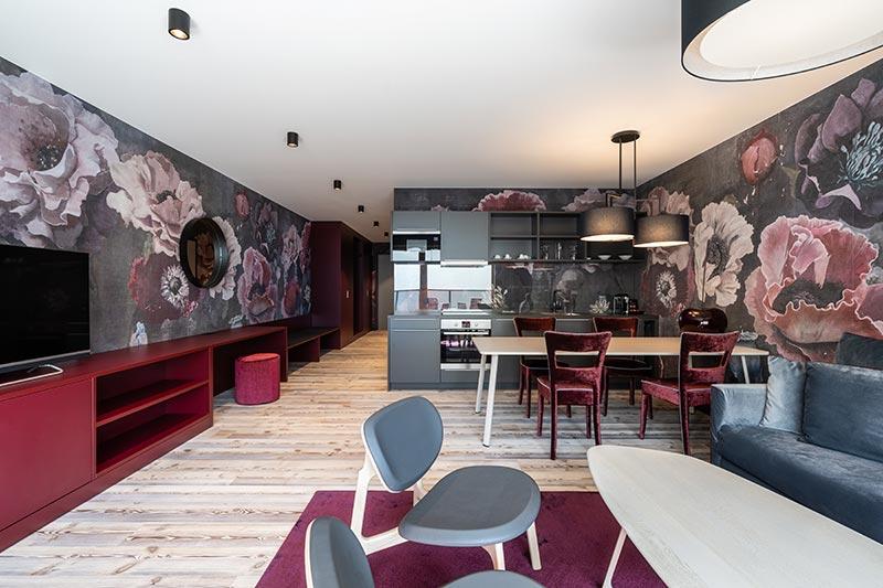 In vielen der 27 Suiten im Designhotel Laurichhof sorgt der zum Leuchten-Klassiker avancierte Deckenstrahler Boxy von Delta Light für die Allgemeinbeleuchtung. Bildquelle: SeidelStudios