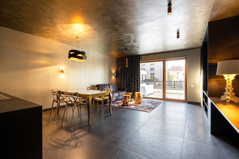 Wie der Name schon sagt, fühlt man sich in dieser Suite wie im Goldrausch. Punk-Deckenstrahler und eine Punk-Pendelleuchte von Delta Light integrieren sich mit ihrem Oberflächen-Finish in Flemish Gold ausgezeichnet in die Farbwelt. Bildquelle: SeidelStudios