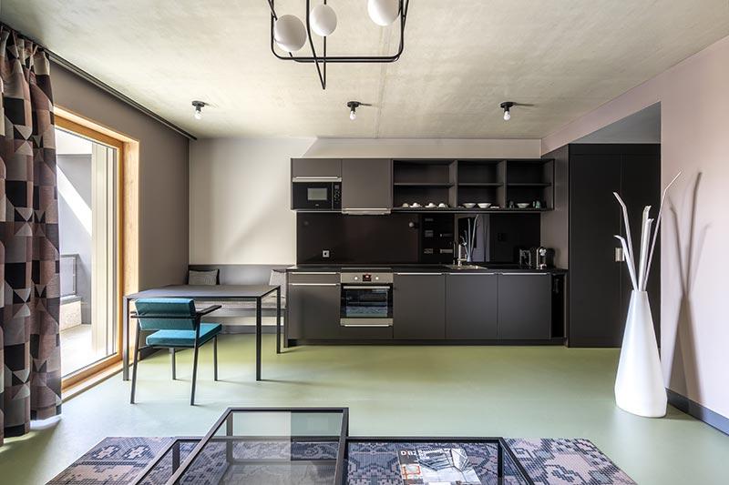 Twenty-7 On-Deckenleuchten von Delta Light, die in ihrer reduzierten Formensprache an das Bauhaus erinnern, strahlen rundum in den Raum und erhellen auch die Sichtbetondecke. Bildquelle: SeidelStudios
