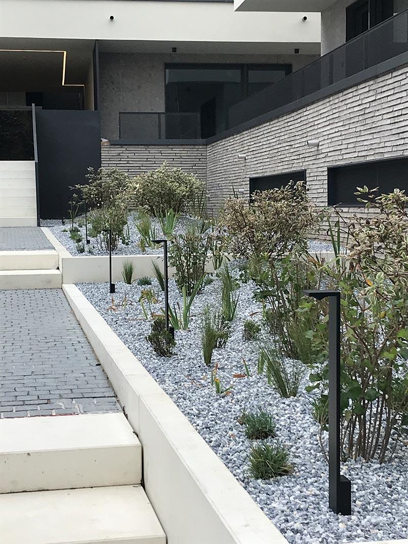 Die eleganten, schlanken Pollerleuchten Elbo beleuchten die Wege im Innenhof. Bildquelle: SeidelStudios