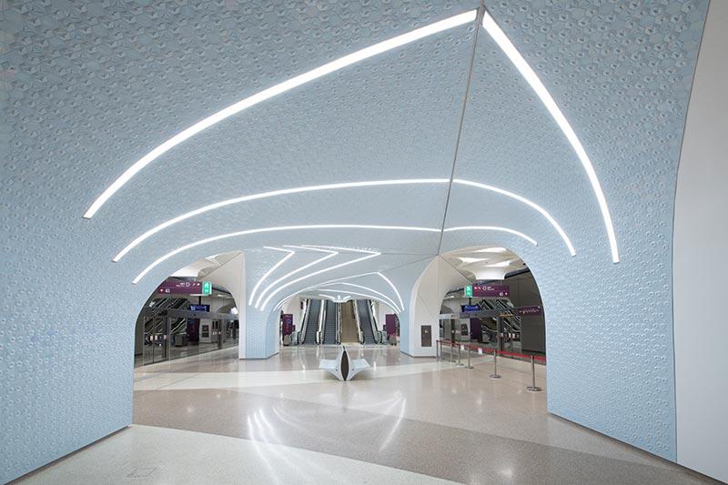 In den Bahnhöfen der Doha Metro integrieren sich die Linearleuchten von iGuzzini geschmeidig in die Gewölbearchitektur. Die Beleuchtung betont den kulturellen Kontext, den UNStudio und die Architekten der Doha Metro in der Formensprache zum Ausdruck bringen. Bildquelle: Nigel Downes