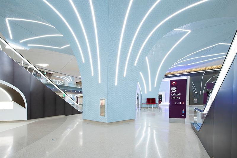 Wilfried Kramb von ag Licht entwickelte einen Masterplan, der die vielfältigen Typologien der Doha-Metro-Stationen vom Durchgangs- bis zum Endbahnhof berücksichtigt. Zu den von ihm entworfenen Sonderleuchten gehört die Profilleuchte von iGuzzini. Bildquelle: Nigel Downes