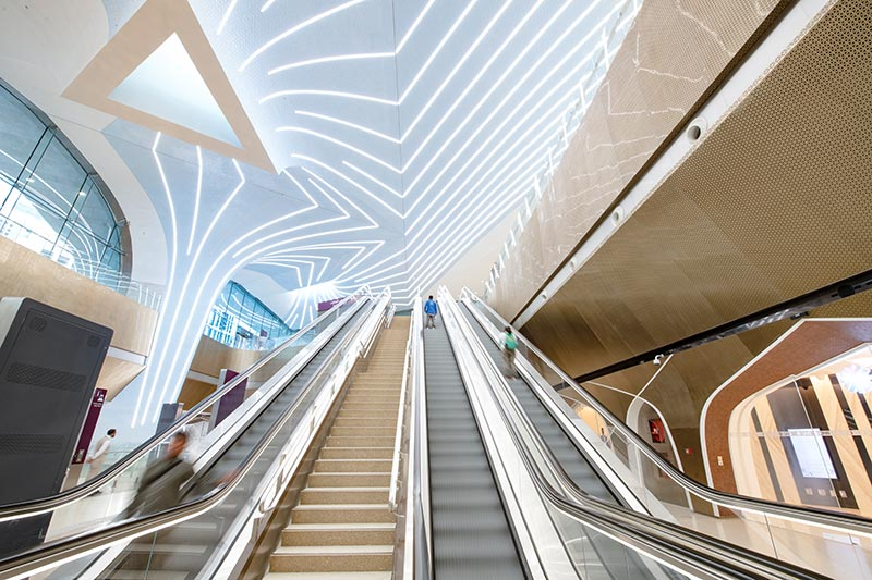 25 Kilometer Lichtlinie von iGuzzini sind inzwischen in Doha in 29 der insgesamt 35 Bahnhöfe des ersten Bauabschnitts in Betrieb und erfreuen die Reisenden mit gutem Licht und einem dekorativen Erscheinungsbild; beides detailverliebt von ag Licht und UNStudio erarbeitet und von iGuzzini entwickelt und realisiert. Bildquelle: Nigel Downes