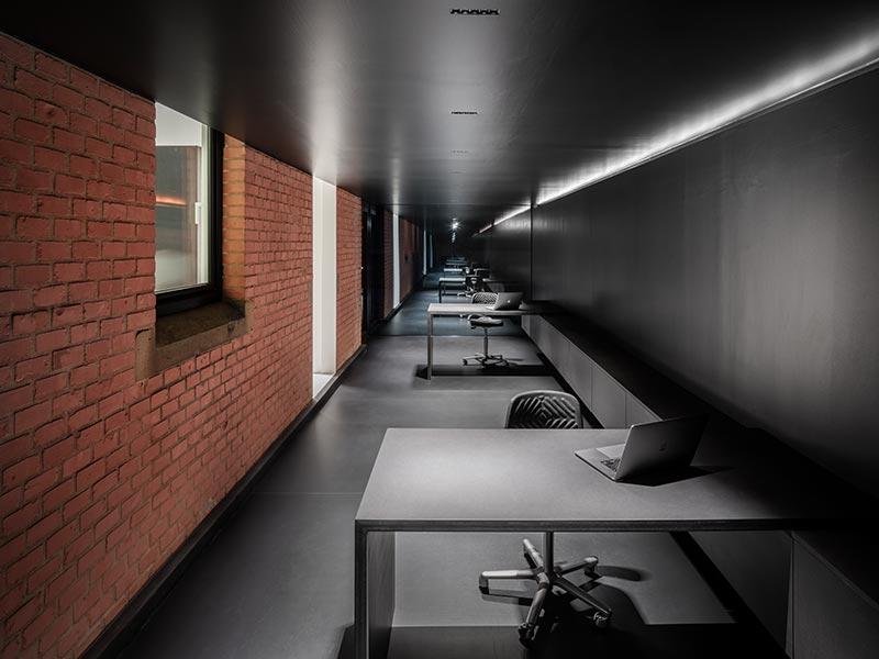 Wenn zur Erhellung der Arbeitsplätze Kunstlicht benötigt wird, werden die über die zentrale Längsachse in die Decke eingebauten Laser Blade-Downlights hinzugeschaltet. Bildquelle: David Franck, Stuttgart