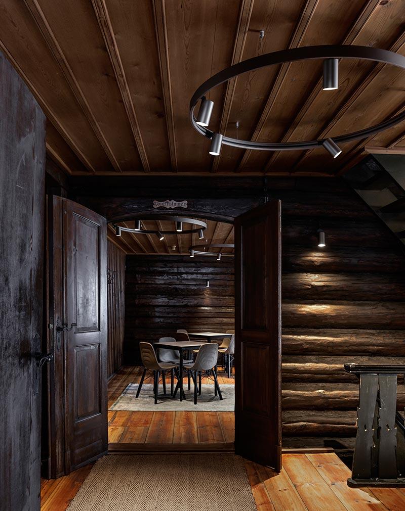 Spy On-Strahler von Delta Light beleuchten die Wände aus massiven Holzbohlen und heben deren Rundungen plastisch hervor. Bildquelle: Michael Tewes Photographie