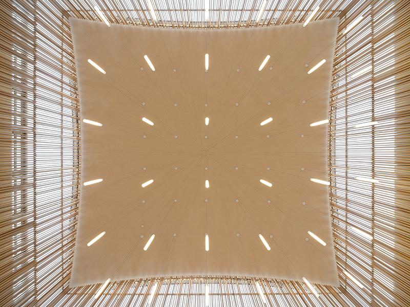 Das Nutzlicht der Synagoge wird durch Pendelleuchten erzeugt. Diese bilden innerhalb der umlaufenden Emporen-Galerie ein Feld, das die Wölbung der Kuppel in gespiegelter Form nachzeichnet. Bildquelle: Marcus Ebener