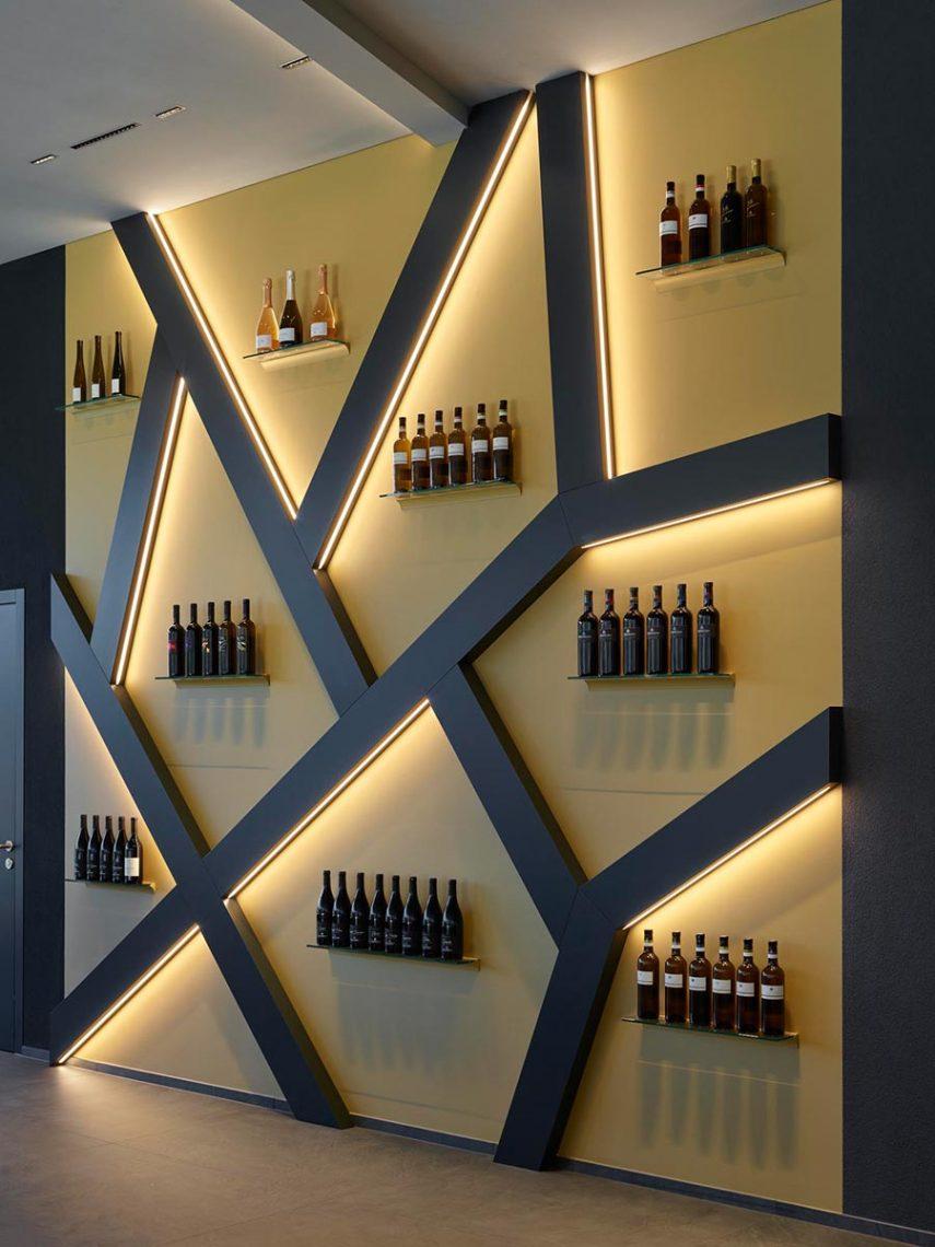 Underscore-Lichtlinien, die in die plastischen Elemente der Wandgestaltung integriert sind, lenken das Augenmerk auf die Präsentation der Weine. Bildquelle: Roland Halbe