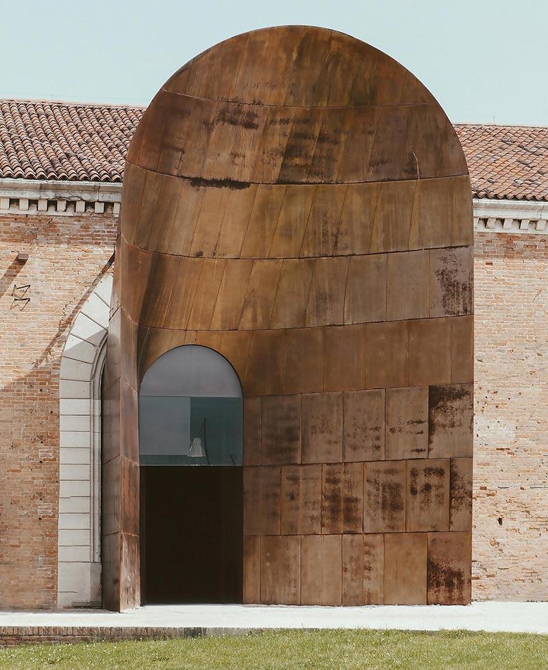 """""""Resiliente Gemeinschaften"""" in dem von Alessandro Melis kuratierten italienischen Pavillon untersucht vor dem Hintergrund der Klimakrise die Rolle der Architektur innerhalb einer nachhaltigen Entwicklung. Foto: Luca Cioci für Delta Light"""