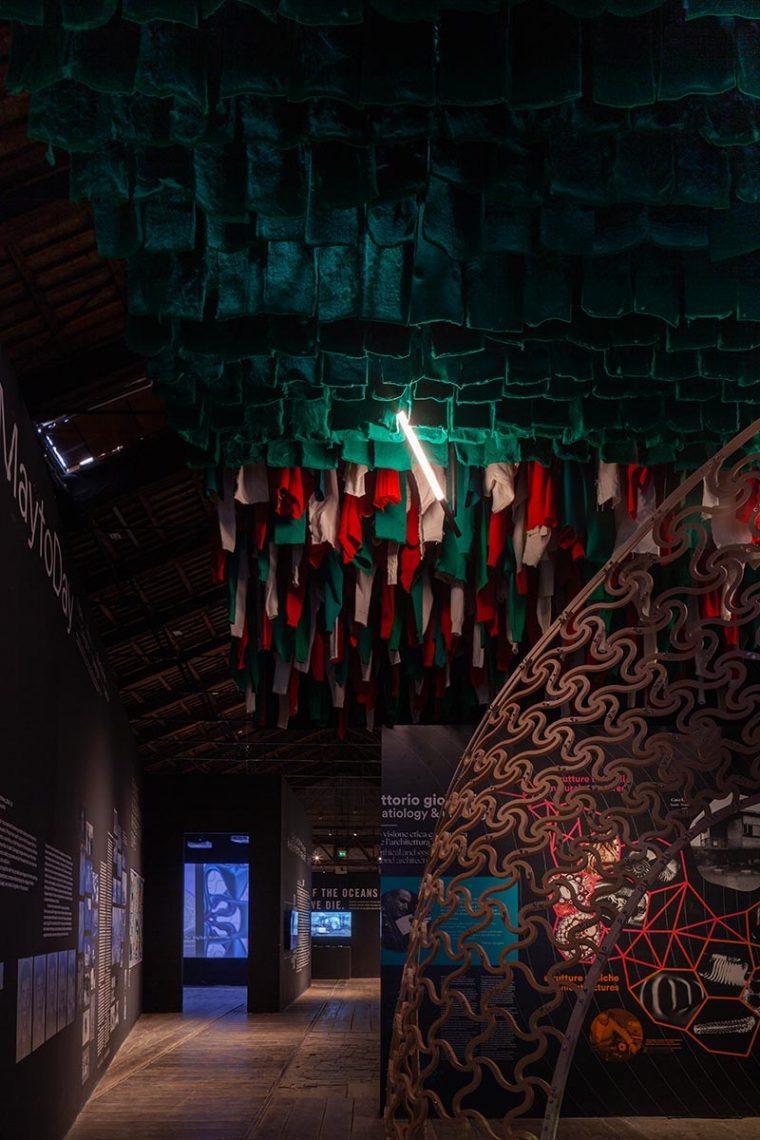 Raumgreifende Tubusleuchten aus der XY180-Kollektion, die in Zusammenarbeit zwischen Delta Light und OMA entstand, sind Teil des von Heliopolis 21 und ARX Studio entwickelten Beleuchtungskonzepts für den italienischen Pavillon. Foto: Luca Cioci für Delta Light