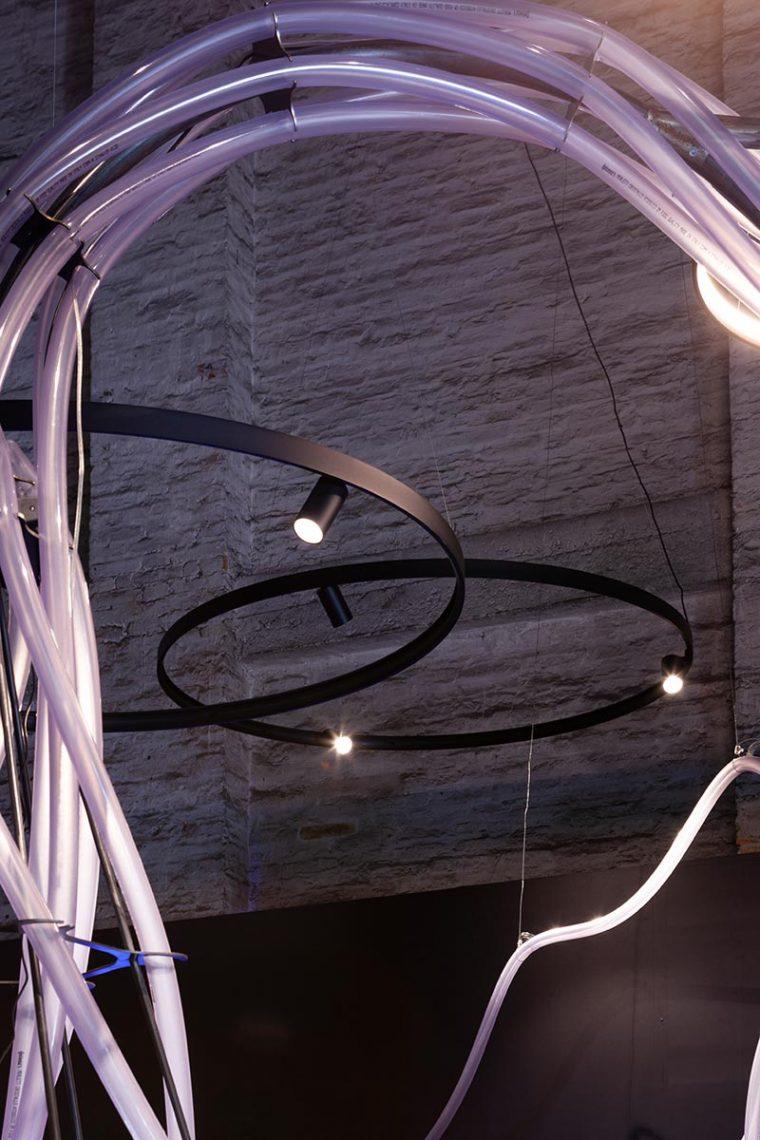 Delta Light übersetzte das Beleuchtungskonzept in ein Arrangement von Architekturlicht, das Konfigurationen mit Superloop Plus Ringleuchten, Profilen mit Spy Akzentstrahlern und Tubusleuchten aus der XY180 - Kollektion umfasst. Foto: Luca Cioci für Delta Light