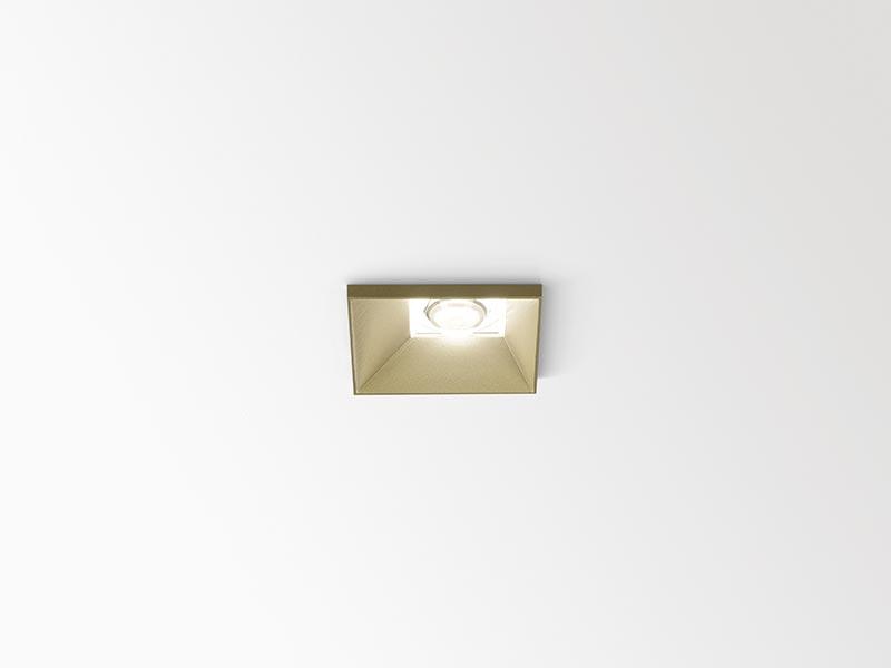 Das quadratische asymmetrische Downlight lädt mit seinen freien Konfigurationsmöglichkeiten zu charmanten Variationen des Deckenbildes ein. Bei dieser Version ist die markante PMMA-Linse unter Beibehaltung ihrer Lichtcharakteristik dezentral im Leuchtengehäuse positioniert, um mit dem Auge des Betrachters zu spielen. Bildquelle: Delta Light